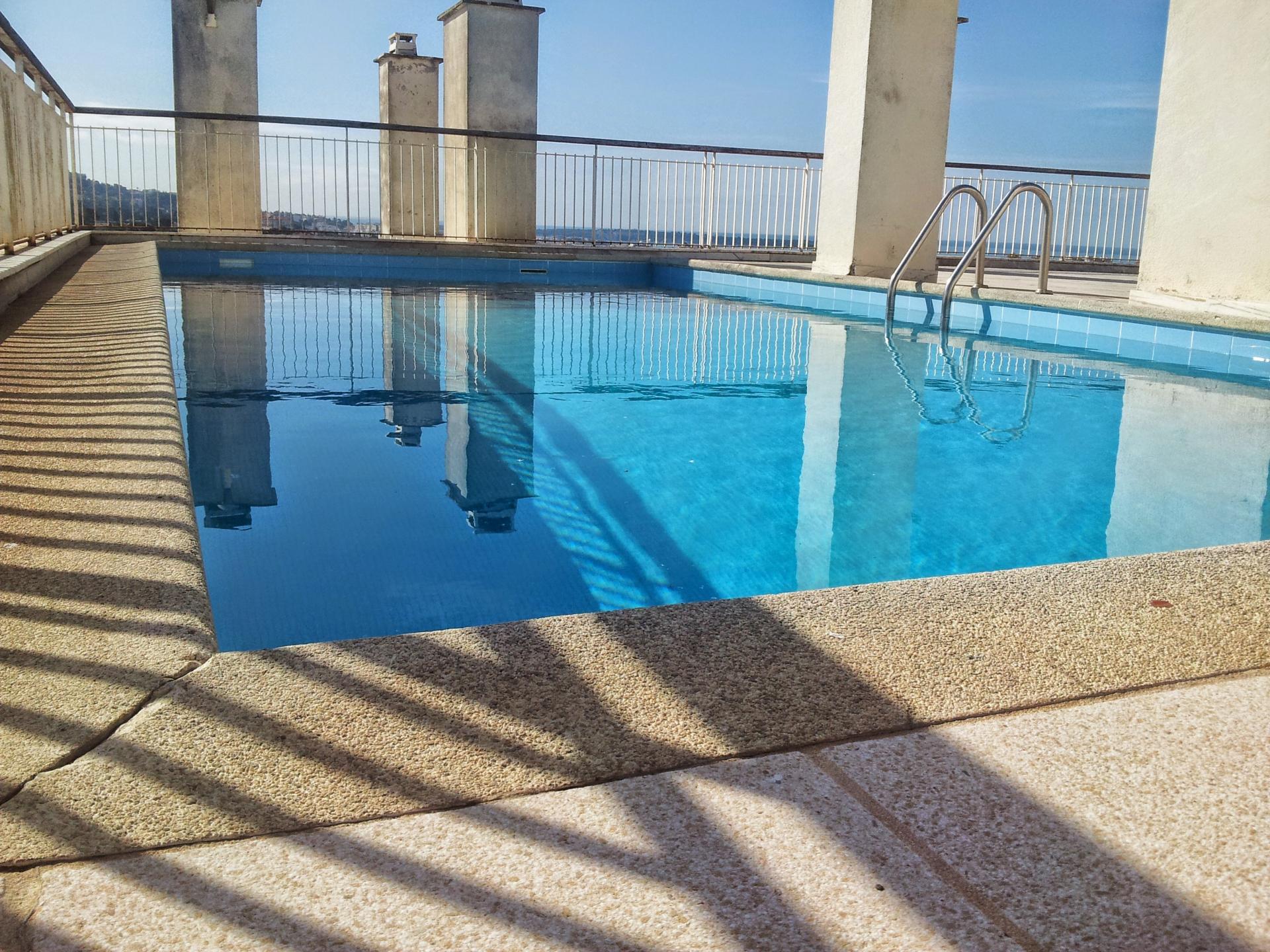 2 pi ces 4 personnes 6 me terrasse piscine parking for Piscine 6eme